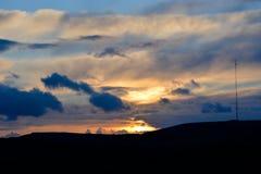 Drastischer Sonnenuntergang und Rundfunkantenne Stockbild