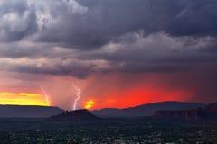 Drastischer Sonnenunterganghimmel mit Blitz und Sturmwolken Stockfotos