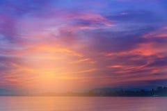 Drastischer Sonnenunterganghimmel mit Wolken Stockbilder