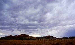 Drastischer Sturm, der über Wüsten-Hügeln braut Stockfotos