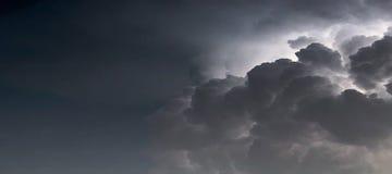 Drastischer Sturm-Wolkenhintergrund Blitz in den Wolken Lizenzfreies Stockbild