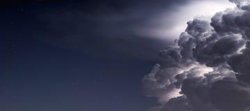 Drastischer Sturm-Wolkenhintergrund Blitz in den Wolken Lizenzfreie Stockfotos