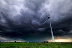 Drastischer Sturmhimmel und -Windkraftanlage stockbild