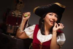 Drastischer weiblicher Pirat, der eine Münze beißt Lizenzfreie Stockfotografie