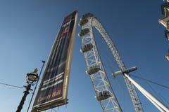 Drastischer Winkel von London-Auge Stockbild