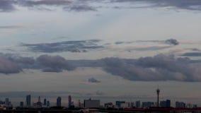 Drastisches Atmosphärenc$zeit-versehen des schönen Sonnenunterganghimmels auf schönem Bangkok, Thailand Gebäude SK stock footage