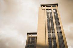 Drastisches Bild des Gebäudes mit Himmel im Hintergrund stockfotos
