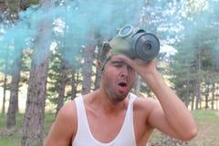 Drastisches Bild von experimentierenden Schwierigkeiten des Mannes zum Atem stockfotografie