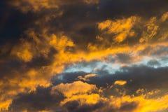 Drastisches buntes orange dunkles cloudscape bewölkt sich während des Sonnenuntergangs Stockfoto