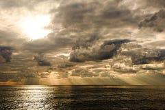 Drastisches cloudscape über Meer Stockbilder
