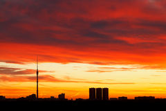 Drastisches dunkelrotes Sonnenaufgang cloudscape Lizenzfreies Stockfoto
