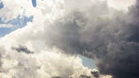 Drastisches Epos erhellen Wolken fliegen vorbei stock video