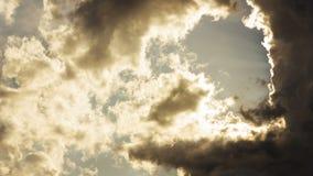 Drastisches Epos erhellen Wolken mit bevorstehender Sonne fliegen vorbei stock footage