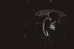 Drastisches Foto einer Braut und des Bräutigams in der Nacht regnen Lizenzfreies Stockfoto