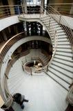 Drastisches kurvendes Treppenhaus Stockbild