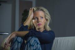 Drastisches Porträt des Lebensstils der attraktiven und traurigen Frau, die frustriert und besorgt sich fühlt, die niedergedrückt lizenzfreie stockbilder