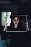 Drastisches Porträt eines jungen schönen Mädchens Ein Mädchen mit einem angenehmen Auftritt und einem traurigen Blick Kreatives P Lizenzfreies Stockbild