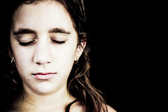 Drastisches Portrait eines sehr traurigen Mädchenschreiens Stockfoto