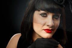 Drastisches Porträt der jungen Frau im Schleier Stockfotos