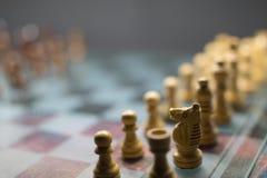 Drastisches Schachbrett auf einem Glasbrett stockbild