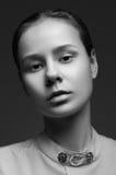 Drastisches Schwarzweiss-Porträt der jungen Frau Stockfoto