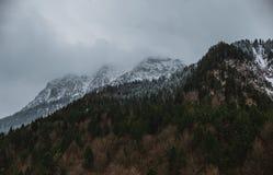 Drastisches Wetter, das zum Berg, zum Nebel und zum Schnee kommt Lizenzfreies Stockfoto