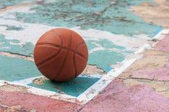 Draußen Basketball auf dem alten Boden gebrochen stockfoto