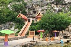 Draußen Dekoration von Wat Tham Ruesi Khao Ngu-` s Eingang, in dem der Tempel innerhalb der Höhle errichtet wurde Lizenzfreie Stockfotografie