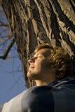 Draußen entspannender Mann Stockfoto
