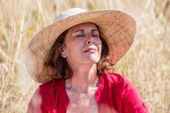 Draußen Entspannung - glückliche schöne Dame, die ihre Augen schließt Lizenzfreie Stockfotos