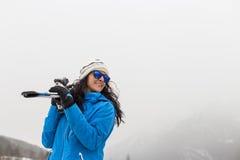 Draußen Frauenporträt auf den Berg Halten von Skis Lizenzfreies Stockfoto