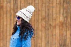 Draußen Frauenporträt mit Sonnenbrille und Hut Stunden und Landschaft Lizenzfreie Stockbilder