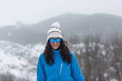 Draußen Frauenporträt mit Sonnenbrille und Hut Stunden und Landschaft Stockfotos