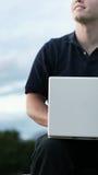 Draußen glättend mit Laptop lizenzfreie stockfotos
