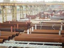 Draußen industrielles Lager von fertigen Stahlrohren und von Metallprodukten Lizenzfreie Stockfotografie
