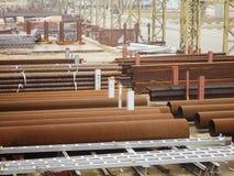 Draußen industrielles Lager von fertigen Stahlrohren und von Metallprodukten Lizenzfreie Stockfotos