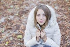 Draußen kam Porträt einer schönen jungen Frau, die betrachtet lizenzfreie stockfotos