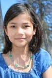 Draußen lächelndes Kind Lizenzfreies Stockfoto