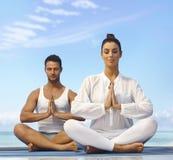 Draußen meditieren lizenzfreies stockbild