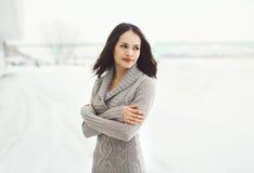 Draußen Porträt der recht jungen Frau in gestrickter Strickjacke Lizenzfreie Stockfotografie