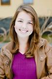 Draußen Porträt des glücklichen Lächelns des schönen junges jugendlich Brunettemädchens lizenzfreies stockfoto