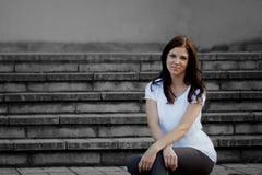 Draußen Porträt der schönen jungen Frau Lizenzfreie Stockfotos
