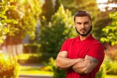 Draußen Porträt des jungen Mannes im Sommerpark Stockfotografie