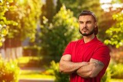 Draußen Porträt des jungen Mannes im Sommerpark Stockbilder