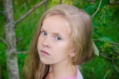 Draußen Porträt des schönen jungen Mädchens lizenzfreies stockfoto