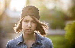 Draußen Porträt des schönen jungen Mädchens Lizenzfreie Stockfotografie