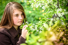Draußen Porträt des schönen jungen Mädchens Lizenzfreie Stockbilder