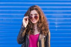 Draußen Porträt einer schönen jungen Frau mit modernen sunglas Lizenzfreies Stockbild