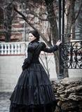 Draußen Porträt einer Victoriandame im Schwarzen lizenzfreies stockfoto