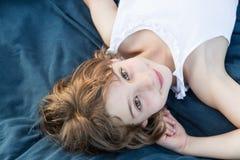 Draußen Porträt eines schönes Kindermädchens Stockfoto